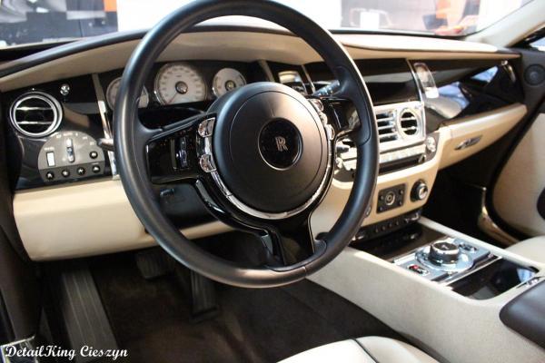 wnętrze samochodu kierownica