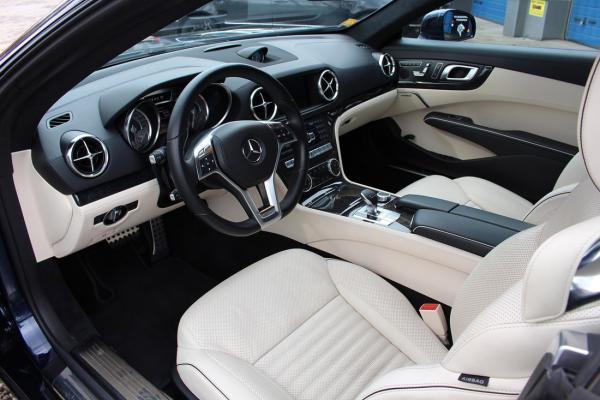 wnętrze samochodu siedzenia